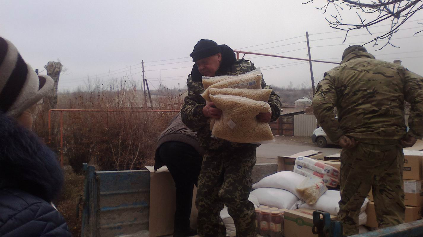 Moskal in Tryokhizbenka is helping to unload the truck with aid
