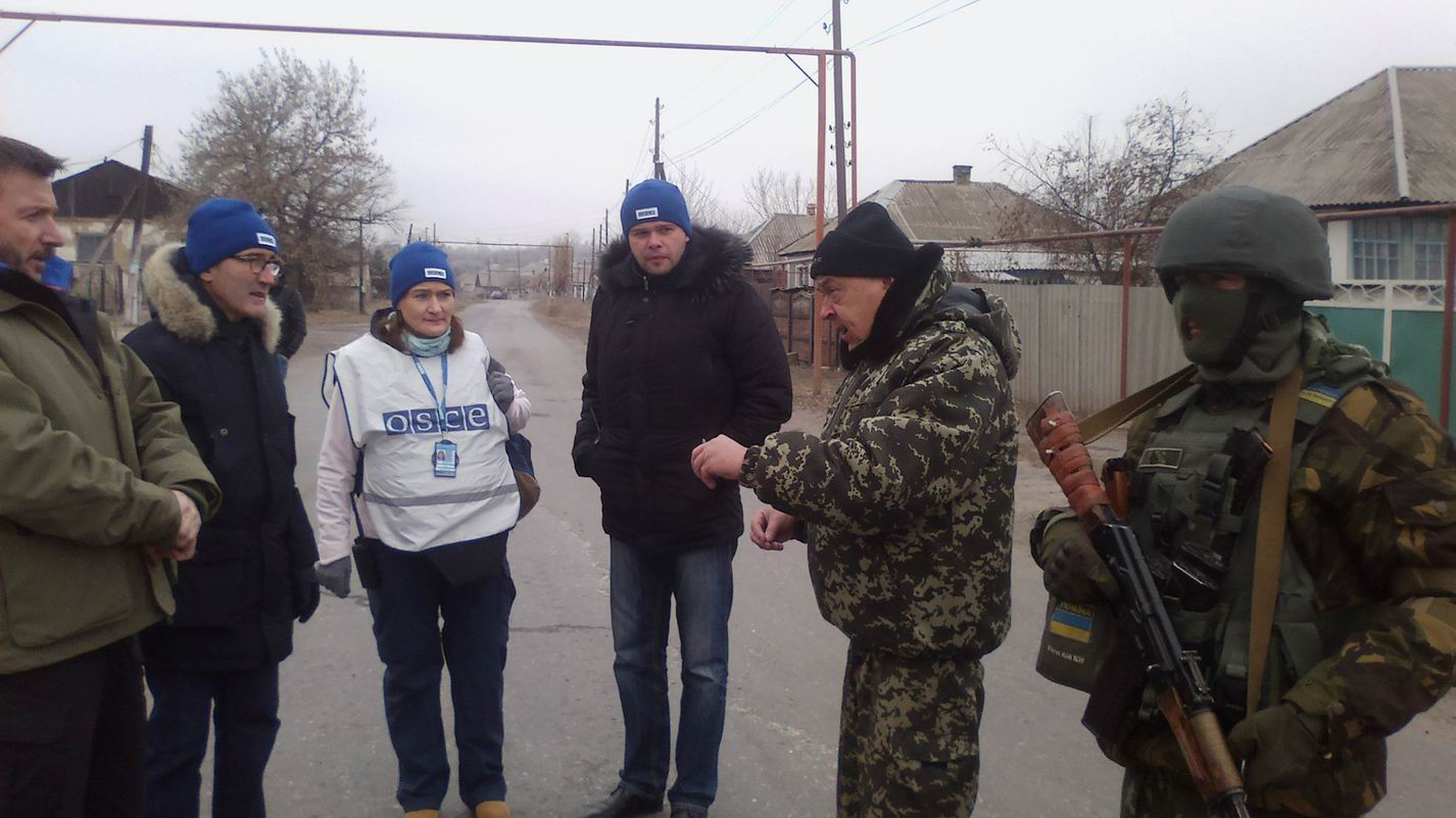 Moskal and OSCE observers in Tryokhizbenka