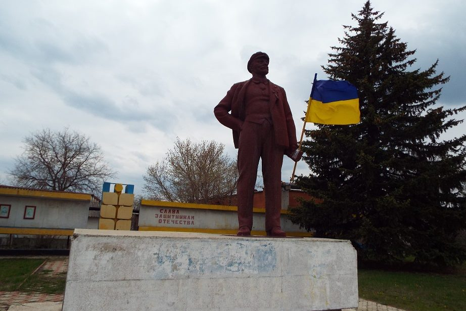 Lenin with Ukrainian flag in Stanytsia Luhanska