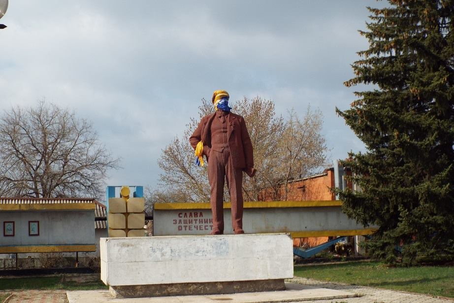 Lenin in yellow-blue mask in Stanytsia Luhanska