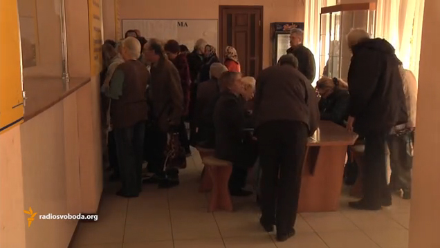 Retired people in a line in Lugansk to pay utility bills