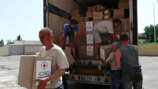 Unloading humanitarian aid from ICRC in Stakhanov