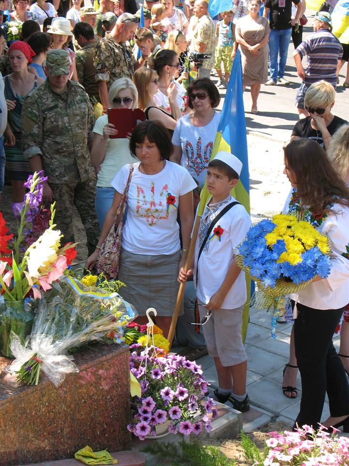 People of Lysychansk brought flowers to the memorial for the soldiers who died liberating the city