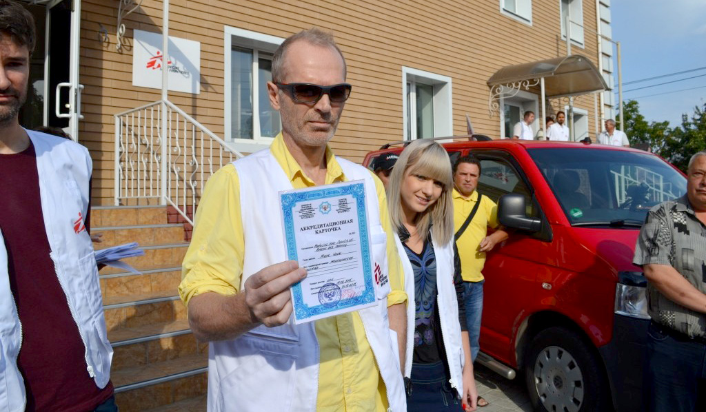 """Representative of """"Doctors without borders"""" shows """"Accreditation Card"""" to protesters in Donetsk"""