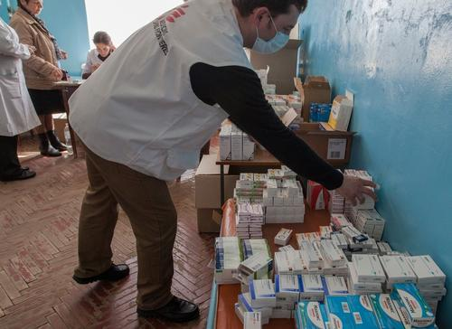 Ihor Roznatovskyi fullfils medical prescriptions for patients at an MSF mobile clinic in the town of Sukodolsk near to Lugansk, May 2015.