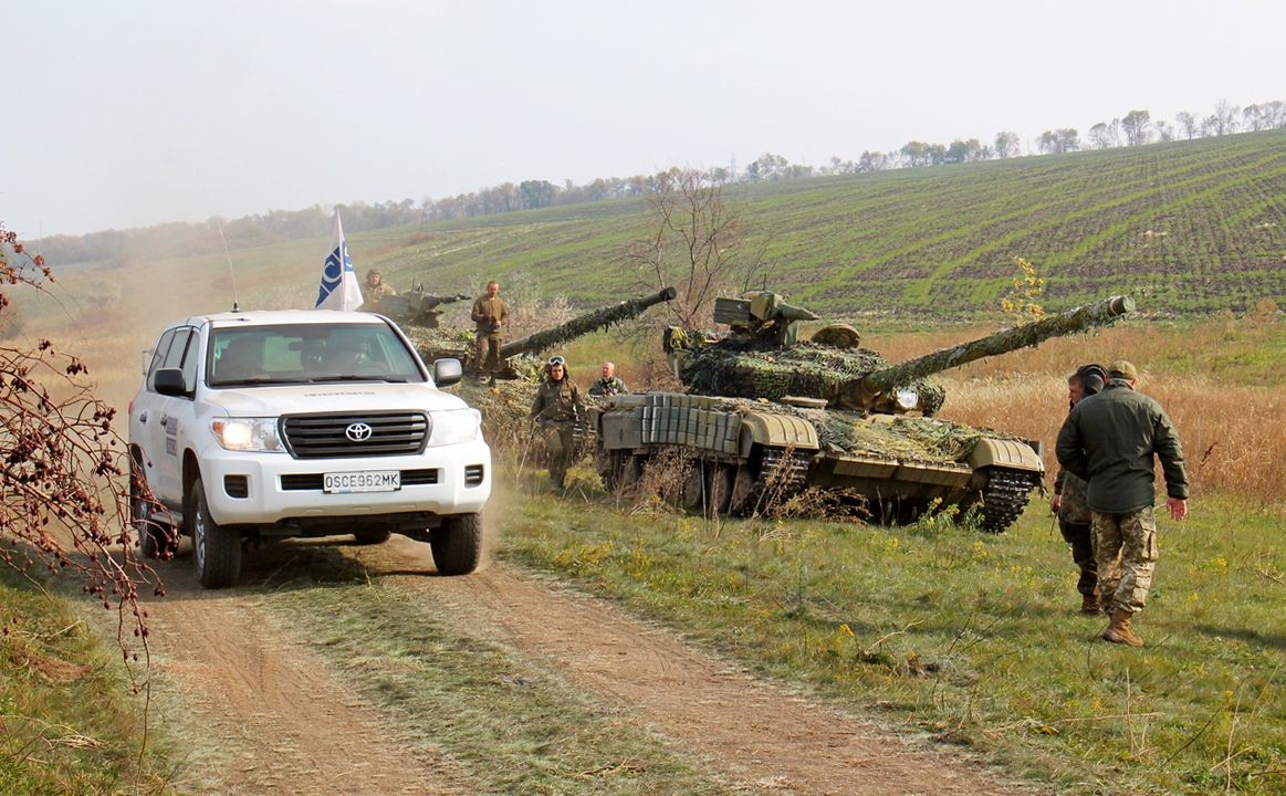 Ukrainian Army withdraw tanks from Donetsk