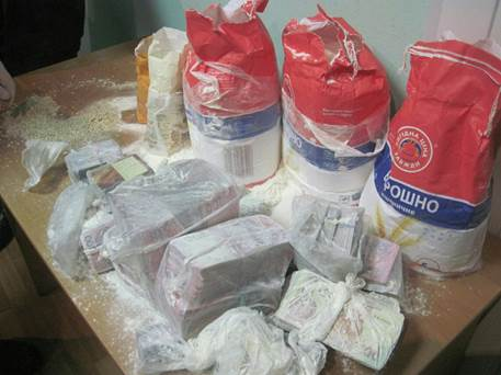 Smugglers hid money and bank cards in bags with flour