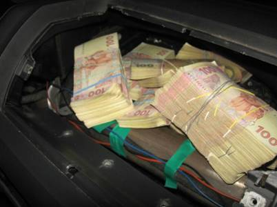 Money found by Security Service in a minivan of a smuggler